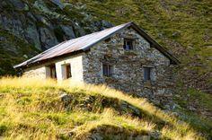 MALGA OBISELL (2160m) | SNOWCAMPITALY | Splendido itinerario ad anello che da Gaveis conduce dapprima al Coston del Gallo (2120m), quindi con un lungo traverso (Lustige Kameraden) e successiva ascesa della cengia detritica alla piana del Lago Obisell ed alla malga omonima; rientro da Vernurio dopo un vertiginoso tuffo di 800m di dislivello nella selvaggia Valle di Saltusio. Stupende viste alpine ed un silenzio surreale contraddistinguono una sessione di trekking a cinque stelle. snowcamp.it