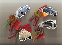 wat een superleuk idee voor een jongens-traktatie! Met snoepsleutels en plaatjes van Cars.