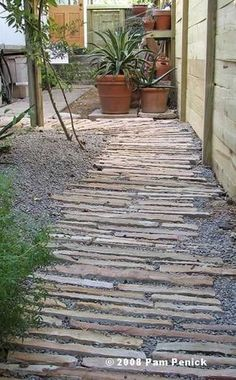 Set horizontal stone strips in gravel walkway. Lay a Stepping Stones and Path Combo to Update Your Landscape Stepping Stone Pathway, Gravel Walkway, Rock Path, Stone Walkways, Driveways, Paving Ideas, Path Ideas, Décor Ideas, Walkway Ideas