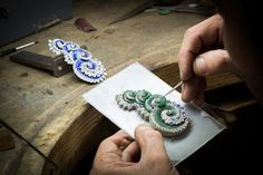 The making of Vagues Mystérieuses. Clip, Mystery Set sapphires, sapphires, Paraíba-like tourmalines, diamonds. Inspired by the Caspian Sea. Sevens Seas high jewelry collection, photo © Van Cleef & Arpels.