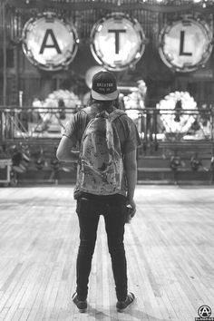 Vic Fuentes <-- DO I SEE AN ALL TIME LOW SIGN IN THE BACKGROUND? DO I?