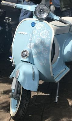 The Hayling Island Scooter Rally in 2018 featured some incredible scooters. From street racers to choppers, incredible murals to rusty Lambrettas, classic vintage models and modern autos. There is definitely something for everyone. Moto Scooter, Lambretta Scooter, Vintage Moped, Vintage Cars, Vespa Motor Scooters, Custom Vespa, Cute Cars, Blue Aesthetic, Classic Cars