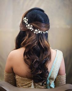 27 Effortlessly Stylish Half-tie Hairstyles We Spotted on Real brides ShaadiSaga Hairstyles For Gowns, Open Hairstyles, Indian Wedding Hairstyles, Party Hairstyles, Bride Hairstyles, Bridal Hair Buns, Bridal Hairdo, Engagement Hairstyles, Bridal Hair Inspiration