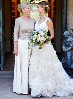 Brautmutter und Braut sollten offen miteinander über die Outfit-Vorstellungen reden