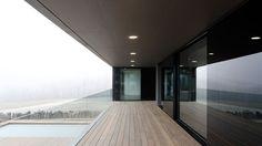 Balkon mit schwellenlosen Schiebeflügeln und Absturzsicherung aus Glas. #windows #doors #fenster #türen