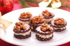 V dalším díle seriálu Pečeme cukroví s Hankou tu pro vás máme recept na kakaové dortíčky zdobené vlašskými ořechy. Jedná se o klasické cukroví, a nemělo by chybět snad na žádném stole!