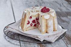 Faites ramollir la gélatine dans l'eau. Faites fondre le chocolat et la crème 1 minute 30 au four à micro-ondes à 500W. Ajoutez la gélatine égouttée et mélangez. Ajoutez 1/3 du fromage blanc et mélangez jusqu'à l'obtention d'une crème lisse. Ajoutez le reste du fromage blanc. Tapissez un moule à charlotte de biscuit cuillère légèrement imbibé d'eau. Ajoutez la moitié des framboises puis la moitié de la préparation au chocolat. Renouvelez l'opération. Placez au réfrigérateur 2 heures.