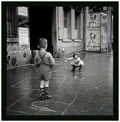 Gérald Bloncourt  Enfants jouant à la marelle dans la rue, Paris,1960