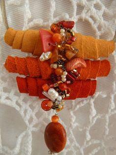 Colar casulo - feito em camurça com cores quentes, cristais, pedras e pérolas