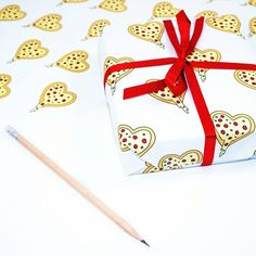 Apparently it's national pizza day 🍕 the perfect day for my pizza lover gift wrap. Tasty! 😉