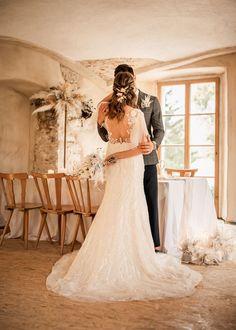 Traumhaftes Vintage-Brautkleid mit Boho-Touch für eine Hochzeit in Creme und Beige. Alle Bilder findet ihr im Hochzeitskiste Blog. #hochzeitskiste #hochzeitsideen2021 #hochzeitsideen #hochzeitstipps #hochzeitsmagazin #hochzeitsblog #weddingblog #hochzeit #hochzeit2021 #bohohochzeit #bohowedding #vintagehochzeit #vintagewedding #tischdeko #hochzeitsdeko #hochzeitsdekoration #hochzeitsdekoidee #brautkleid #braut #braut2021 #brautstyling #traumkleid #prinzessinfuereinentag