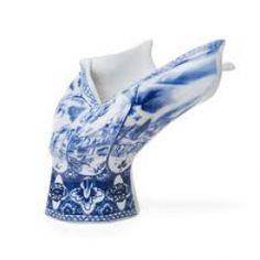 De Blow Away #vaas van #Moooi is een klassiek #Delftsblauwe vaas die gekenmerkt wordt door iets bizars. De vaas is namelijk opzij geblazen door een krachtige #windstoot!  Verkrijgbaar op www.dockdesignshop.nl