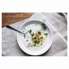Une petite soupe pour se réchauffer.  Chou fleur, noisettes grillées, persil frisé. . . . #soup#soupe#soupechoufleur#recipe#1carnet2notes#cooking#cook#instafood#food#fooding#table