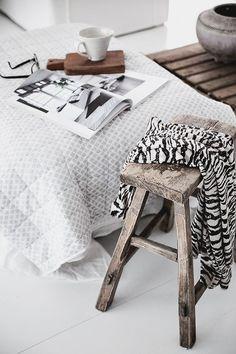 Moody >< Neutral >< Cozy / White Bedding & Raw Timber www.klovah.com