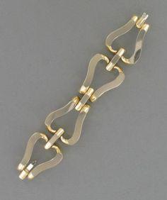 Bracelet articulé en or jaune et or gris (14K), composé de quatre grands maillons en forme de cœurs stylisés. Sale 9710 Lot 422.