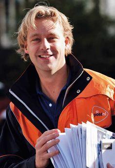 Correo holandés PostNL prueba buzones de paquetería  La empresa de correos holandeses PostNL ha iniciado una prueba con sus máquinas de paquetes y cartas en Almere, una ciudad situada en el centro del país. La máquina contiene un buzón con dos aberturas y varios armarios de paquetes que se pueden utilizar para enviar y recibir paquetes.  http://www.losdomingosalsol.es/20161030-noticia-correo-holandes-postnl-prueba-buzones-paqueteria.html