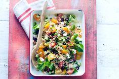 Orzosalade met tomaat, komkommer en feta Side Recipes, Veggie Recipes, Salad Recipes, Vegetarian Recipes, Healthy Recipes, Feel Good Food, Rice Salad, Healthy Salads, Healthy Food