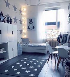 Idee stanza ragazzo, stile scandinavo moderno, colore blu - illuminazione particolare all'angolo