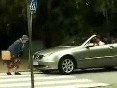 """宾士司机不耐烦""""老太婆过马路慢""""猛按喇叭,下一秒老太婆的""""完美反击""""让所有人叫好!太解气了!"""