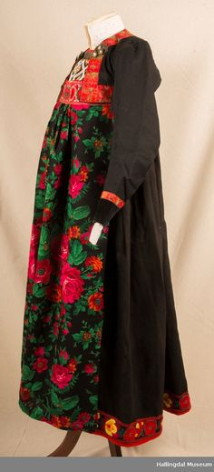 Bunad fra Hemsedal i Hallingdal - Hallingdal Museum / DigitaltMuseum Kimono Top, Museum, Costumes, Tops, Women, Fashion, Ethnic Dress, Norway, Suits