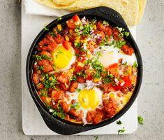 Huevos y frijoles med chorizo är en härlig rätt med inspiration och smaker hämtade från Mexiko! Chorizon fräses tillsammans med vitlök och olja innan tomater och bönor hälls över. Kryddor som spiskummin och persilja utgör grunden i denna rätt. Servera med bröd och övrig sallad.