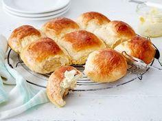Genussvoll frühstücken: Mit selbst gebackenen Milchbrötchen schmeckt der Start in den Tag doppelt so gut. Wir zeigen, wie das luftige Hefegebäck gelingt.
