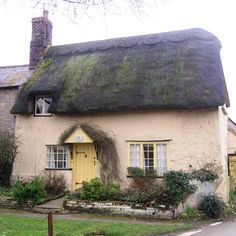 love the cottage look! Old Cottage, Cottage Homes, Cottage Style, English Country Cottages, English Country Decor, English Village, Little Cottages, Cabins And Cottages, Cottage Garden Design
