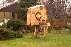 Dieses Baumhaus sieht wie ein AT-ST auf Star Wars aus.  http://www.styroporhaus.org/artikel/baumhaeuser.html