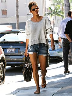 simple, pretty look adorned by Halle Berry Casual Chic, Casual Wear, Halle Berry Style, Hally Berry, Nicole Murphy, Cleveland, Star Wars, Street Chic, Celebrity Style