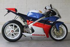 Honda VFR 1000 R custom motorfiets - prototype Honda Bikes, Honda Motorcycles, Honda Powersports, Best Motorbike, Cafe Racer Moto, Honda Africa Twin, Vintage Mustang, Honda Vfr, Custom Sport Bikes