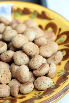 Pebernødder e. pepernoten e. Pfeffernüsse e. kruidnoten - selliste toredate nimedega tuntakse selliseid pisikesi jõuluküpsiseid Taanis, Hollandis ja Saksamaal. Pähkleid piparpähklid ei sisalda, lihtsalt need on sellised suure pähkli suuruseid ning neid süüakse peokaupa, nagu pähkleidki :) Piparpähklid muutusid Euroopas populaarseks juba 1850ndatel. Hollandis hakatakse piparpähkleid sööma juba 5. detsembril, kui tähistatakse Sinterklaasi saabumist; Saksamaal on need pigem jõuluküpsised.