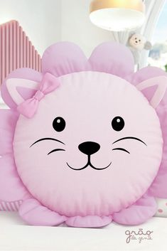 Essa amiguinha é muito valente! A Almofada Redonda Leoa é toda rosinha e tem u… This little friend is very brave! The Lioness Round Cushion is all pink and has a graceful bow, a real cuteness to complete the nursery… Sigue leyendo → Cute Pillows, Baby Pillows, Kids Pillows, Animal Pillows, Throw Pillows, Pillow Crafts, Baby Sewing Projects, Sewing Pillows, Sewing Toys