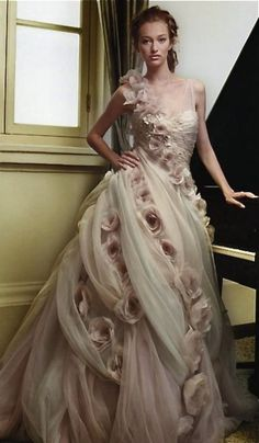 Ysa Makino - stunning dress, if it had just a little more lace this would be my ideal wedding dress