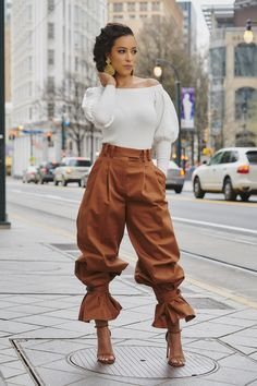 If anyone can handle these palazzo pants, I can't. I need to find those ASAP !If anyone can handle these palazzo pants, I can't. I need to find those ASAP ! Black Girl Fashion, Look Fashion, High Fashion, Autumn Fashion, Fashion Details, Curvy Fashion, Chic Outfits, Fashion Outfits, Fashion Tips