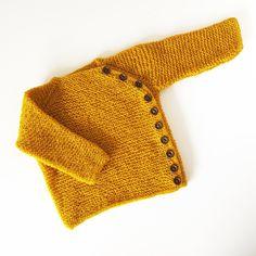 Liten rillejakke  Elastisk rillejakke med praktisk sideknepping.  Rillestrukturen gjør at jakken strekker seg med barnet og passer lenge.Strikkes ovenfra og ned med raglanøkning og delikate icordkanter. Knapphull og knapphullsstolpe strikkes samtidig som resten av jakken.     Merk; garnet har en tynnere strikkefasthet, resultatet skal være en luftig rillestrikk