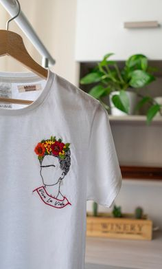 Diy Embroidery Shirt, Creative Embroidery, Embroidery Fashion, Custom Clothes, Diy Clothes, T Shirt Painting, Customise T Shirt, T Shirt Photo, Embroidered Clothes