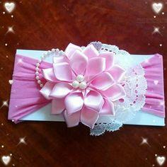 By Creaciones Jamila - Salvabrani Ribbon Art, Ribbon Hair Bows, Diy Hair Bows, Diy Bow, Rosette Headband, Hair Bow Tutorial, Kanzashi Flowers, Hair Decorations, Boutique Hair Bows