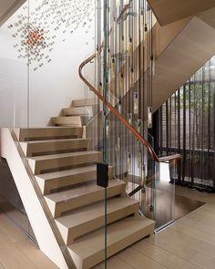 Крутая лестница в современной квартире
