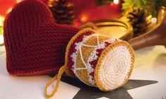Hæklet juletromme og strikket rødt hjerte.