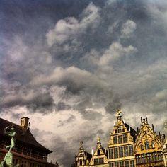 Goud blinkt op het marktplein van prachtig Antwerpen #antwerpen #beautiful #belgium #sky #clouds - @marcel_tettero- #webstagram