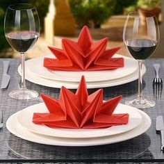 christmas-napkin-folding-paper-plate-red - 35 Beautiful Examples of Napkin Folding <3 <3