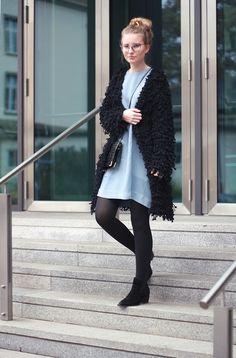 outfit hellblau tshirt kleid schwarz flausch jacke stiefeletten vintage tasche brille