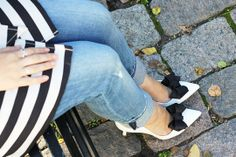 Shoes: Nine West. Jeans: H&M. Looks Street Style, White Pumps, Bow Shoes, Shoe Clips, Distressed Jeans, Personal Style, Fashion Looks, Bows, Style Inspiration