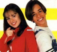 """Sandy+&+Junior+#1212+:+[i]+Sandy+&+Junior++1998+Vou+esse+Mês+*+Especial+Sandy+&+Junior+1998+__*+  (+1)+ ------- Capa+de+caderno+shoot+de+1998 1998++é+o+auge+da+dupla+Sandy+&+Junior+começou+o+filme+Noviço+rebelde+,+Home+Vídeo""""+Era+uma+vez+ao+vivo+""""+Especial+Sandy+&+Junior+que+depois+virou+o+Seriado+Sandy+&+Junior+que+reprisa+hoje+no+canal+viva+\o/+.Todo+mundo+lembra+da+franjinha+da+Sandy+e+do+cabelo+do+Ju+meio+feio+tadinho+. ..."""