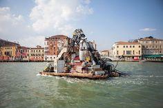Sublime épopée : un collectif d'artistes navigue sur les mers d'Europe dans des maisons flottantes faites de déchets