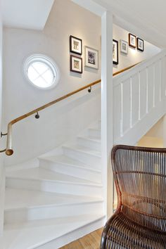 Fint - sätta in ett extra litet fönster? White Staircase, Staircase Design, Beautiful Stairs, Glam Living Room, Attic Rooms, Home Additions, Stairway, Home Renovation, Home Decor Inspiration