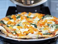 Living an additive-free lifestyle doesn't mean you need to miss out on the yummy stuff – in fact it's the opposite! Food becomes tasty, it becomes real, and you're not left over with that hangover … Feta Cheese Pizza, Spinach Pizza, Spinach And Cheese, Oven Recipes, Healthy Recipes, Healthy Food, Vegetarian Lifestyle, Food Website, A 17