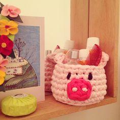 Cestitos de amiguri divertidos y prácticos para la habitación de los niños, el baño... puedes ponerlo en cualquier lugar y usar como quieras: lapicero, guarda coleteros, cremitas, pequeños juguetes... Al ser de trapillo se lava fácilmente en la lavadora. Crochet Pig, Crochet Fabric, Fabric Yarn, Crochet Home, Yarn Inspiration, Crochet Kitchen, Tissue Box Covers, T Shirt Yarn, Strands