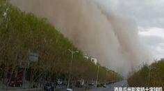 Een enorme zandstorm trok vrijdag over de provincie Gansu, in het zuidwesten van China. Door de storm, met rukwinden tot 75 kilometer per uur, was het zicht op sommige plaatsen beperkt tot 600 meter.