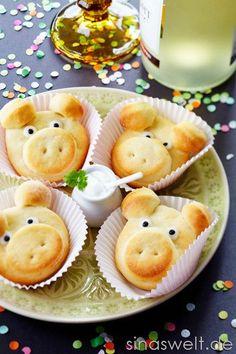 Quark-Öl-Teig-Pizzabrötchen-Schweine als Glücksbringer